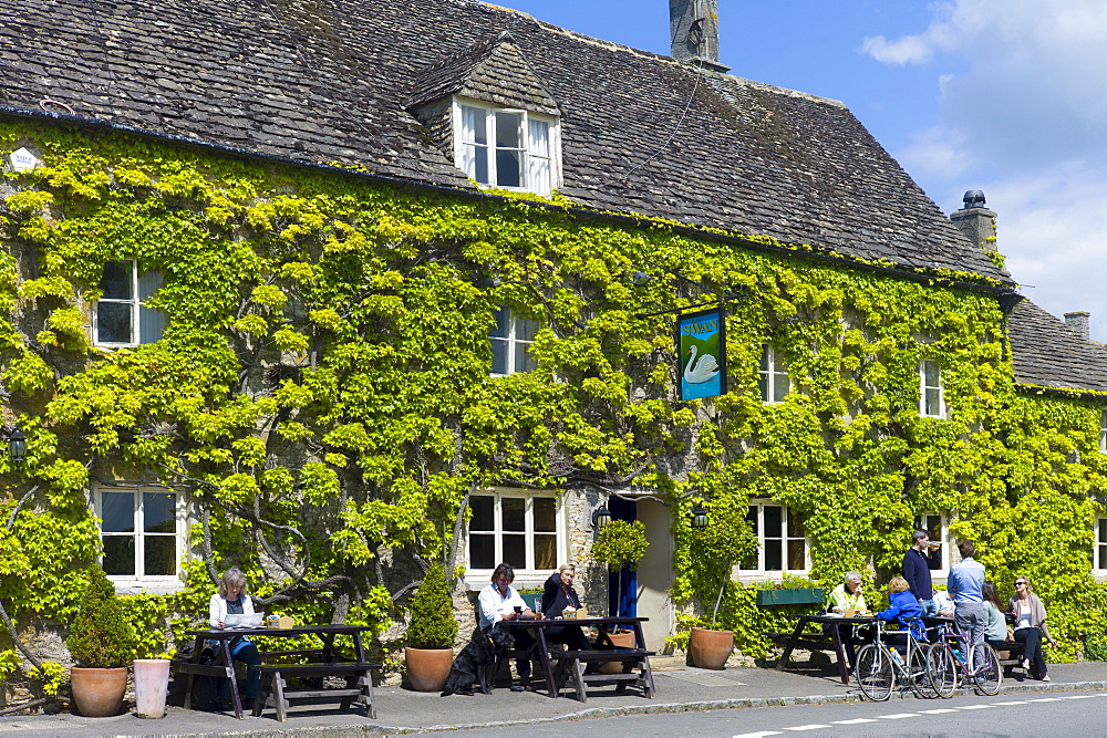 Traditional Cotswold vine-clad pub in the picturesque village of Southrop in the Cotswolds, Gloucestershire, UK