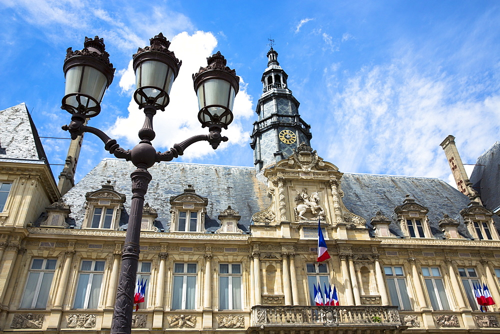 Hotel de Ville (town hall) and lamp post in Place de l'Hotel de Ville in Reims, Champagne-Ardenne, France, Europe