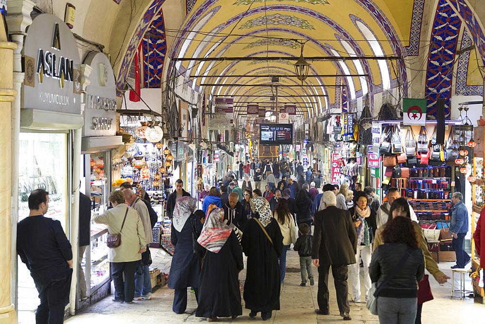 Muslim women and tourists shopping in The Grand Bazaar, (Great Bazaar) (Kapali Carsi), Beyazi, Istanbul, Republic of Turkey, Europe