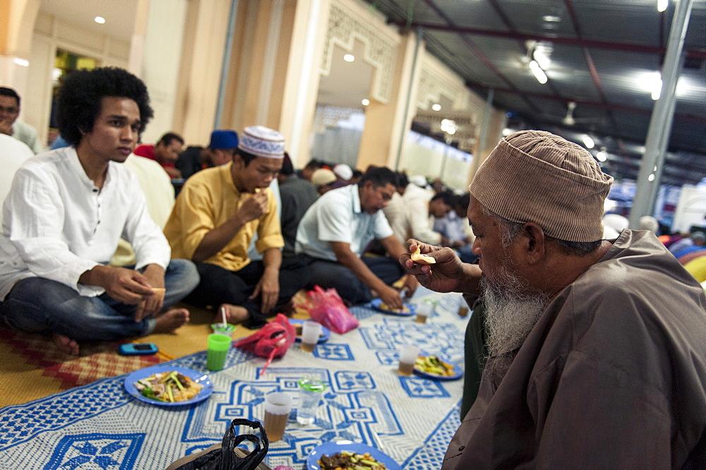 Muslims break the fast (iftar), Kampung Baru Mosque, Kuala Lumpur, Malaysia, Southeast Asia, Asia - 1163-16