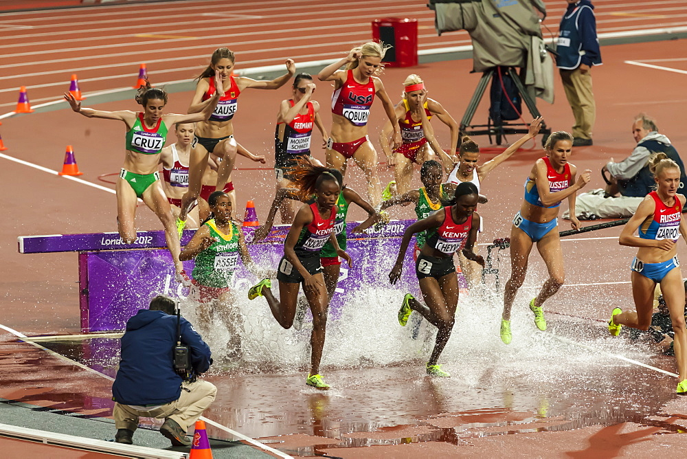Competitors, Women's 3000m steeplechase final, splash over water hurdle, Olympic Stadium, London 2012, Olympic Games, London, England, United Kingdom, Europe