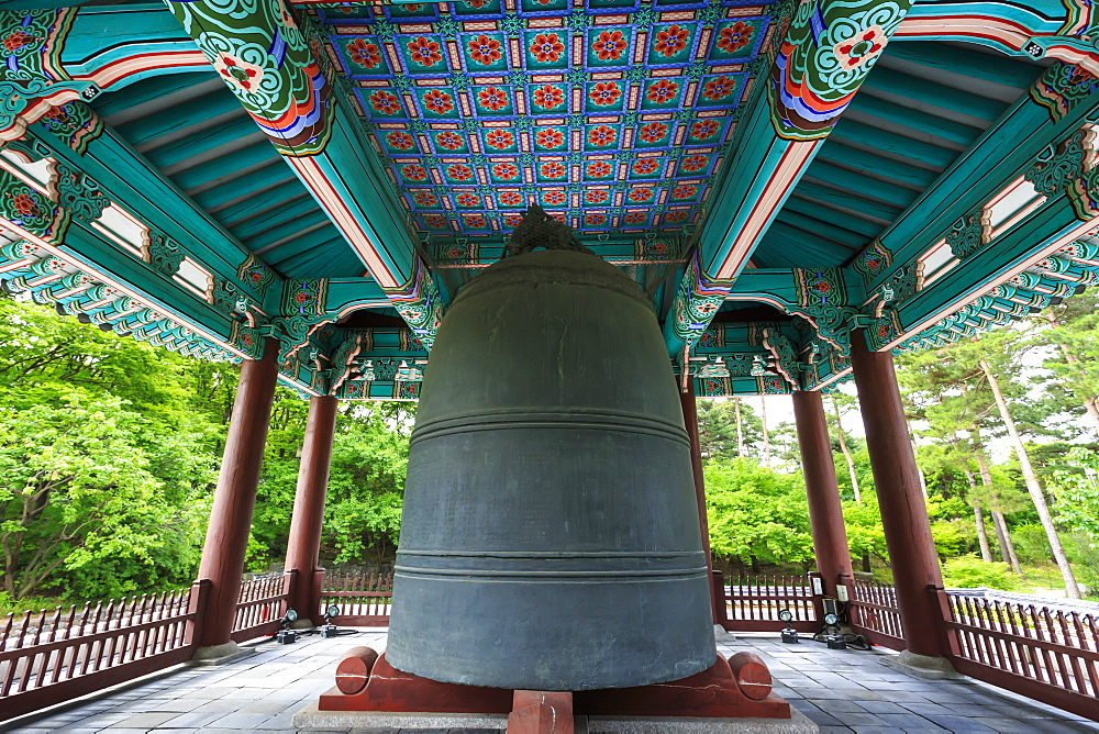 Bosingak Bell, landscaped parklands of National Museum of Korea, Yongsan-Gu, Seoul, South Korea, Asia