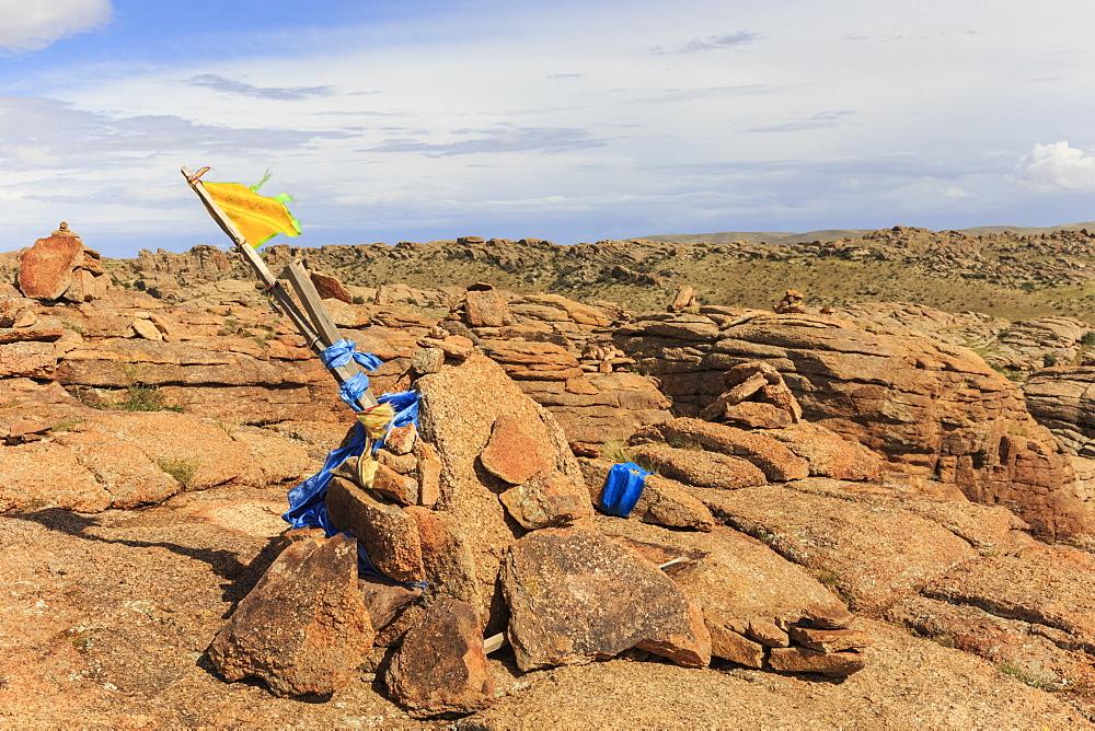 Baga Gazariin (Gazryn) Chuluu cairns and prayer flags, sacred Buddhist site on impressive granite ridge, The Gobi, Mongolia, Central Asia, Asia