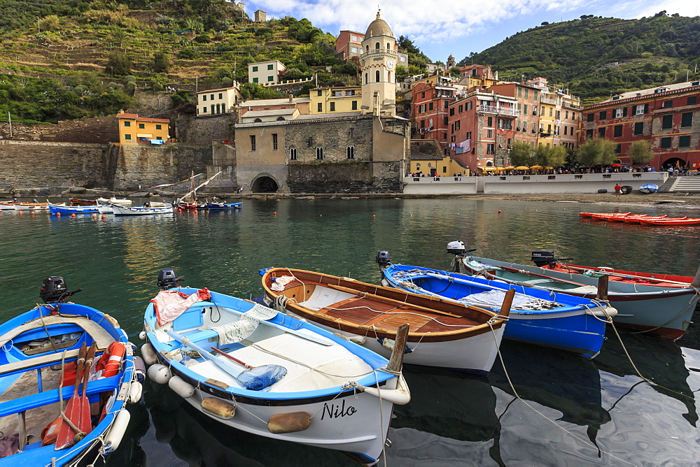 Colourful village houses and boats in harbour, Vernazza, Cinque Terre, UNESCO World Heritage Site, Ligurian Riviera, Liguria, Italy, Europe - 1167-1251