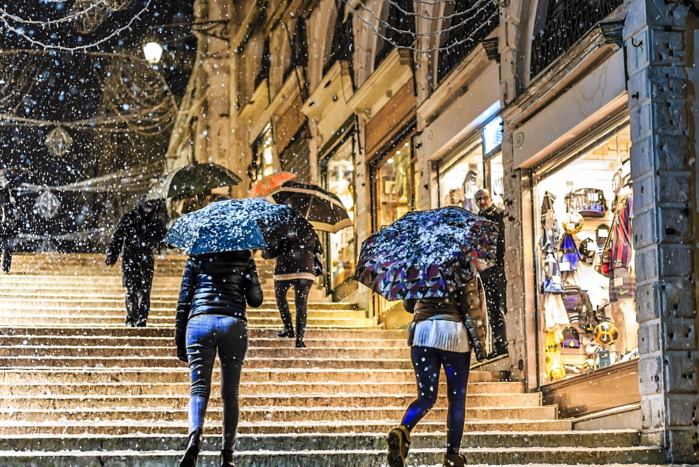 People on Rialto Bridge with umbrellas during rare snowfall, winter evening, Venice, UNESCO World Heritage Site, Veneto, Italy, Europe