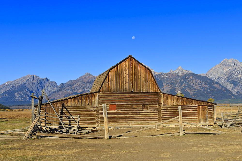 Mormon Row barn, Antelope Flats, Grand Teton National Park, Wyoming, United States of America, North America