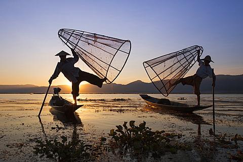 Intha leg rowing fishermen at sunset, Inle Lake, Nyaung Shwe (Nyaungshwe), Shan State, Myanmar (Burma), Asia - 1170-155