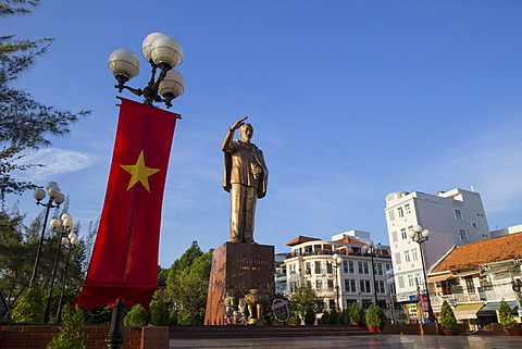 Monument, statue of Ho Chi Minh with Vietnamese flag, colonial buildings, Can Tho, Mekong Delta, Vietnam, Indochina, Southeast Asia, Asia - 1170-197