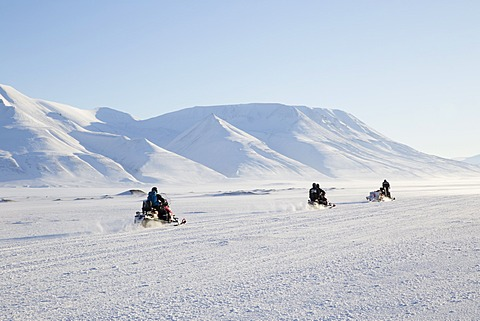 Snow mobiles, Adventdalen valley, Longyearbyen, Spitsbergen, Svalbard, Arctic Circle, Norway, Scandinavia, Europe