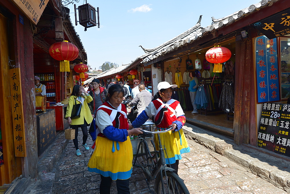Naxi minorities and young urban professionals from other parts of China in Dayan, Old Town of Lijiang, UNESCO World Heritage Site, Lijiang, Yunnan, China, Asia