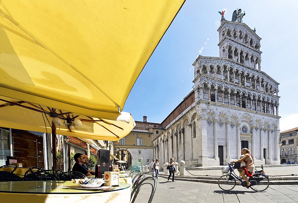 View of cafe beside Chiesa di San Michele in Foro in Lucca, Tuscany, Italy
