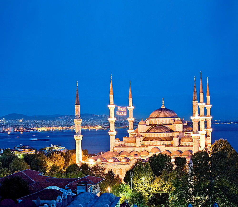 Illuminated Sultan Ahmed Mosque at night, Istanbul, Turkey