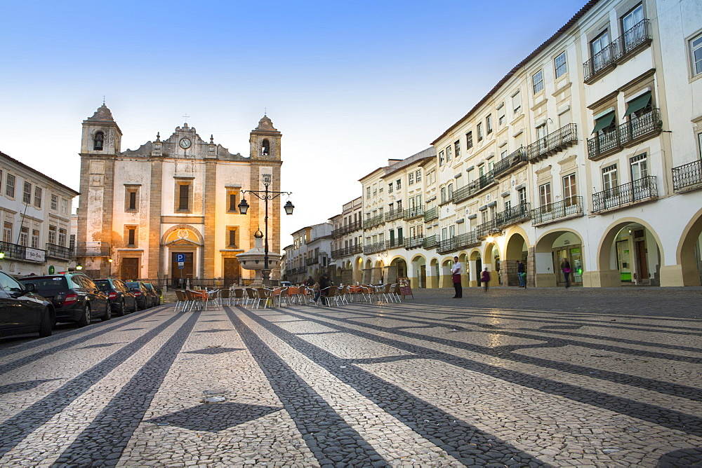 Giraldo Square (Praca do Giraldo) and St. Anton's church in the historic centre, with dragon's tooth paving, Evora, UNESCO World Heritage Site, Alentejo, Portugal, Europe