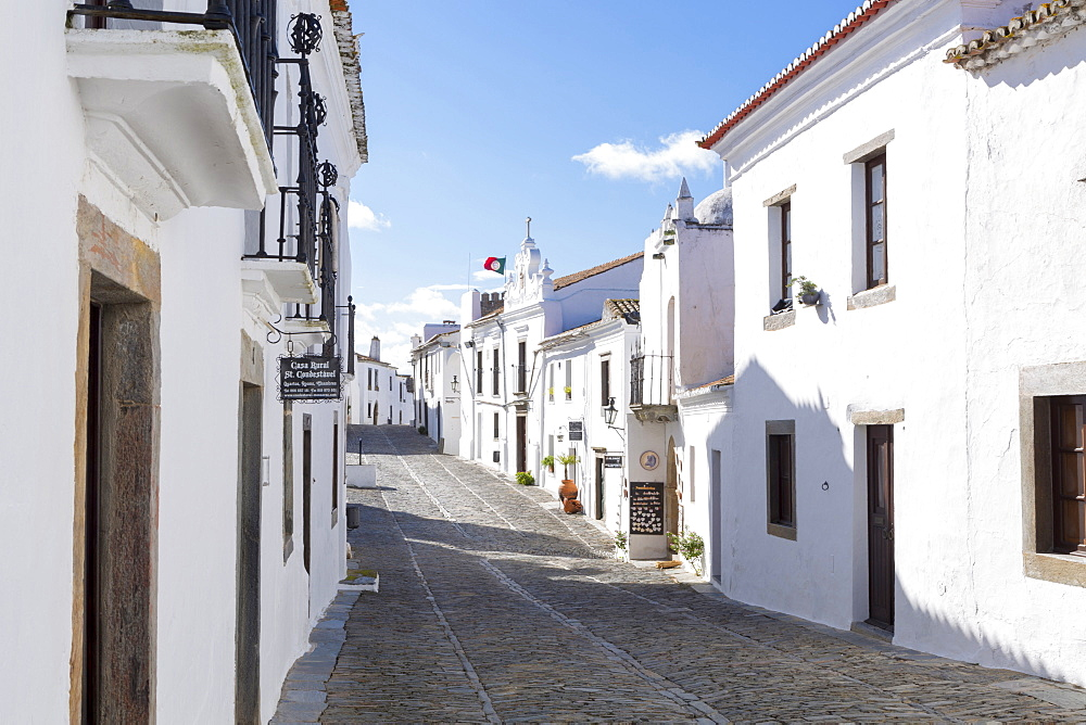 Whitewashed buildings in the medieval town of Monsaraz, Alentejo, Portugal, Europe