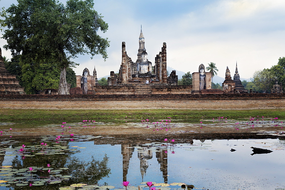 A Sukhothai era Buddha at Wat Mahathat, Sukhothai Historical Park, UNESCO World Heritage Site, Thailand, Southeast Asia, Asia