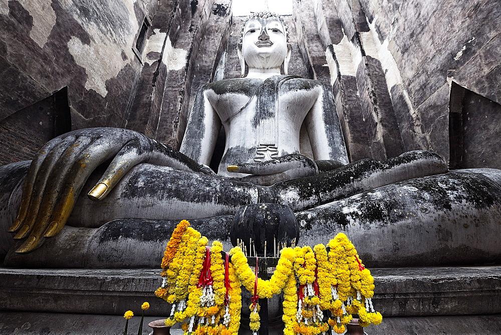 A giant Sukhothai era sitting Buddha, Wat Si Chum, Sukhothai Historical Park, UNESCO World Heritage Site, Thailand, Southeast Asia, Asia