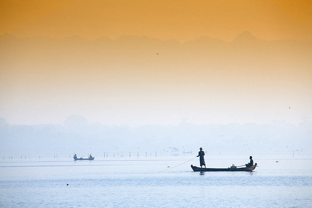 Fishermen on Taungthaman Lake near Amarapura, Mandalay, Myanmar (Burma), Southeast Asia