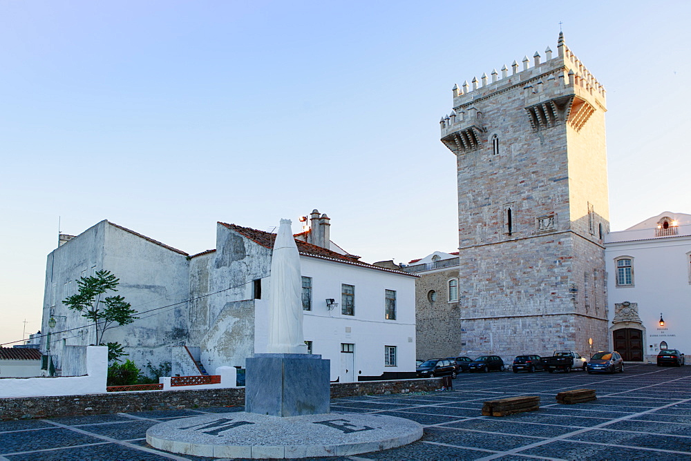 The Castle of Estremoz and in the foreground, Statue of St. Elizabeth (Isabella) of Portugal, Estremoz, Alentejo, Portugal, Europe