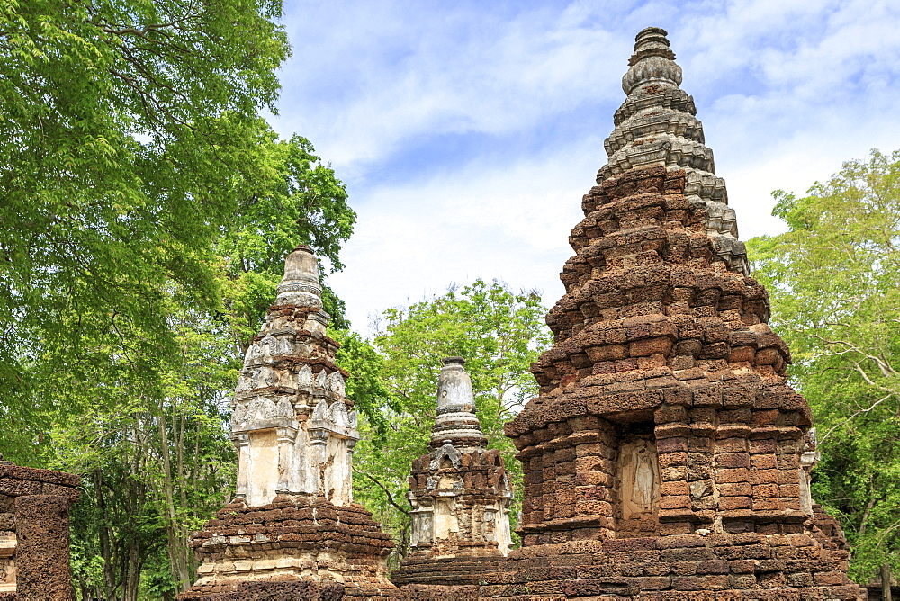Buddhist chedis (stupas) and temple in Si Satchanalai Historical Park, Sukhothai, UNESCO World Heritage Site, Thailand, Southeast Asia, Asia