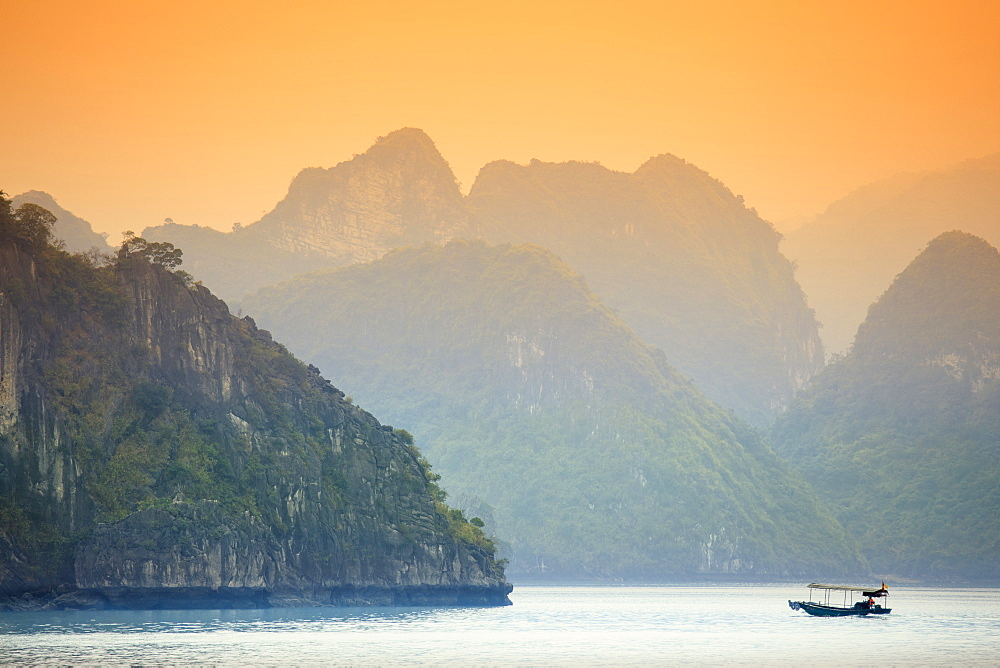 Boat on Halong Bay at sunset, UNESCO World Heritage Site, Vietnam, Indochina, Southeast Asia, Asia
