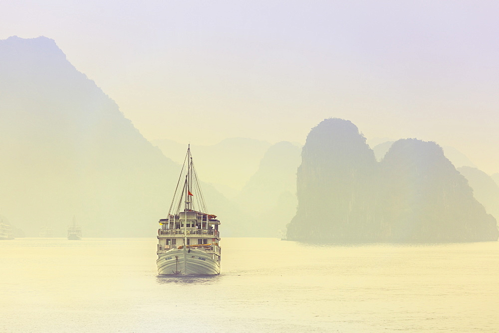 Boat on Halong Bay at sunset, UNESCO World Heritage Site, Vietnam, Indochina, Southeast Asia, Asia - 1176-656