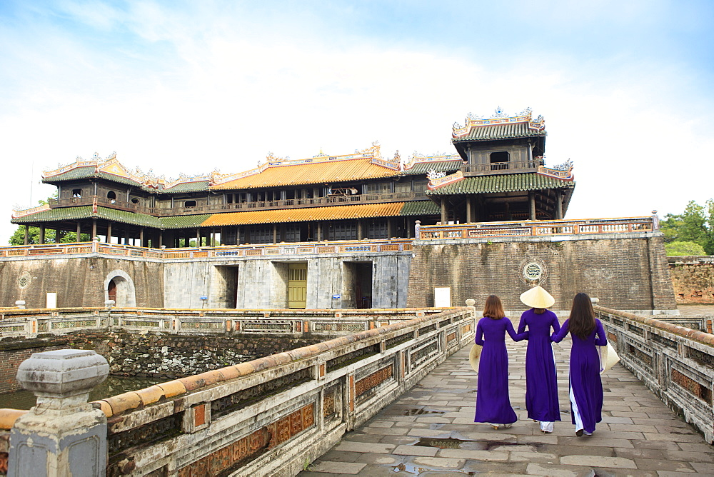Women in traditional Ao Dai dresses with a paper parasol in the Forbidden Purple City of Hue, UNESCO World Heritage Site, Thua Thien Hue, Vietnam, Indochina, Southeast Asia, Asia - 1176-828