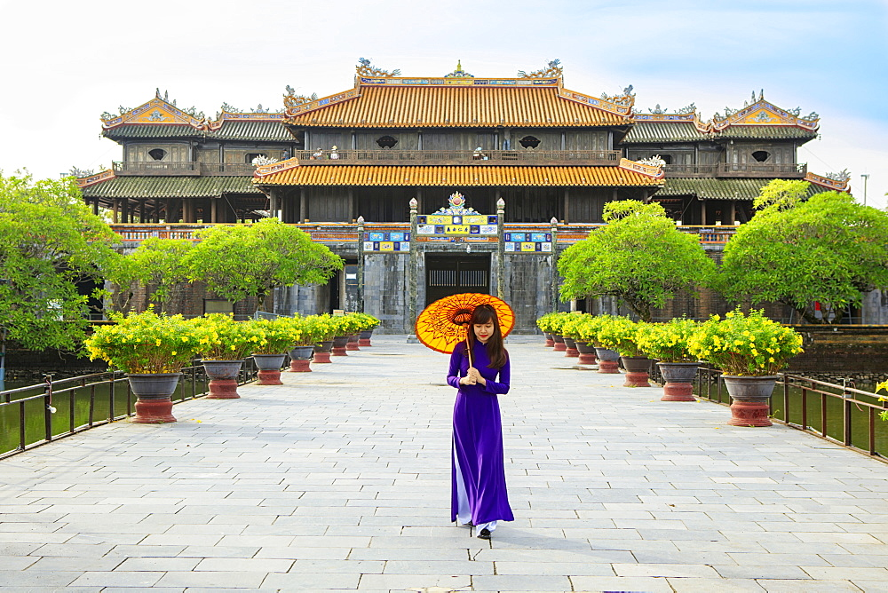 Woman in a traditional Ao Dai dress with a paper parasol in the Forbidden Purple City of Hue, UNESCO World Heritage Site, Thua Thien Hue, Vietnam, Indochina, Southeast Asia, Asia - 1176-832