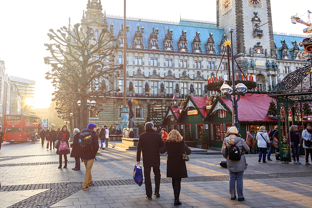 Tourists and Christmas market at the Town Hall Square, Rathaus, Altstadt quarter, Hamburg, Germany, Europe