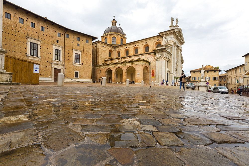 View of the arcades beside the ancient Duomo and Palazzo Ducale, Urbino, Province of Pesaro, Marche, Italy, Europe