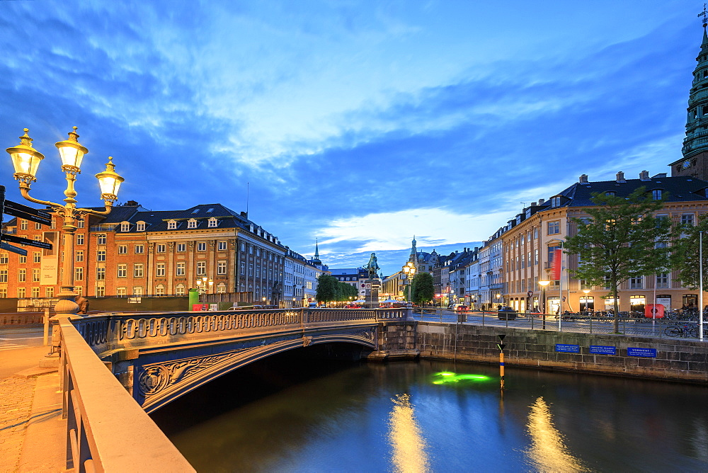 Hojbro Bridge and Plads between the adjoining Amagertorv and Slotsholmen Canal at night, Copenhagen, Denmark, Europe - 1179-2423