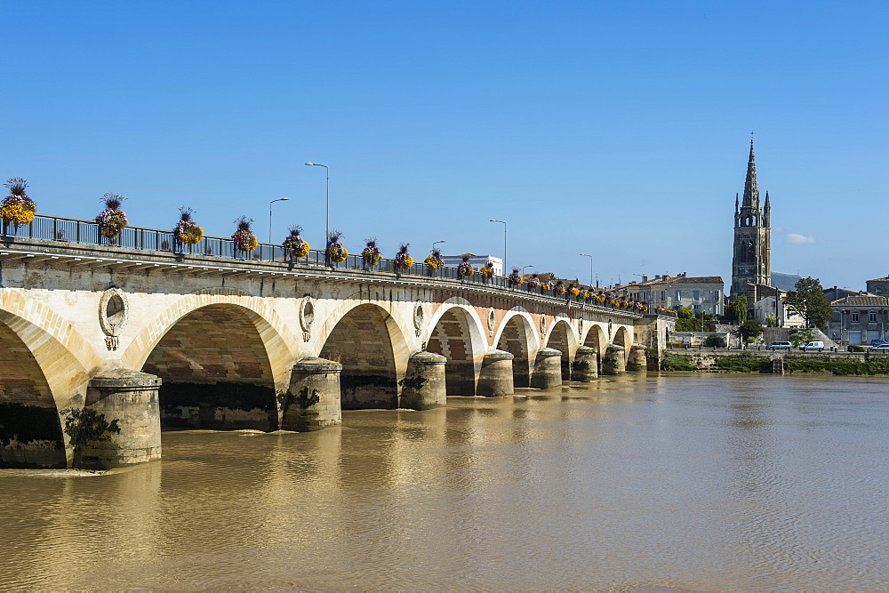 Libourne arch bridge over the Dordogne River, Libourne, Gironde, Aquitaine, France, Europe