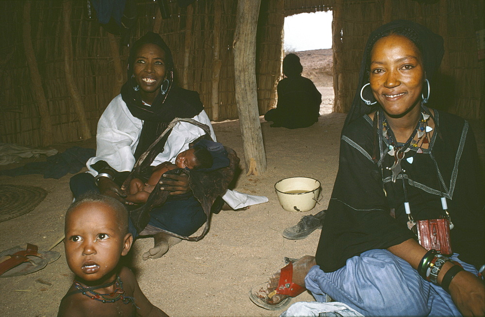 Homelife, niger (west africa). Tahoua village. Women and children