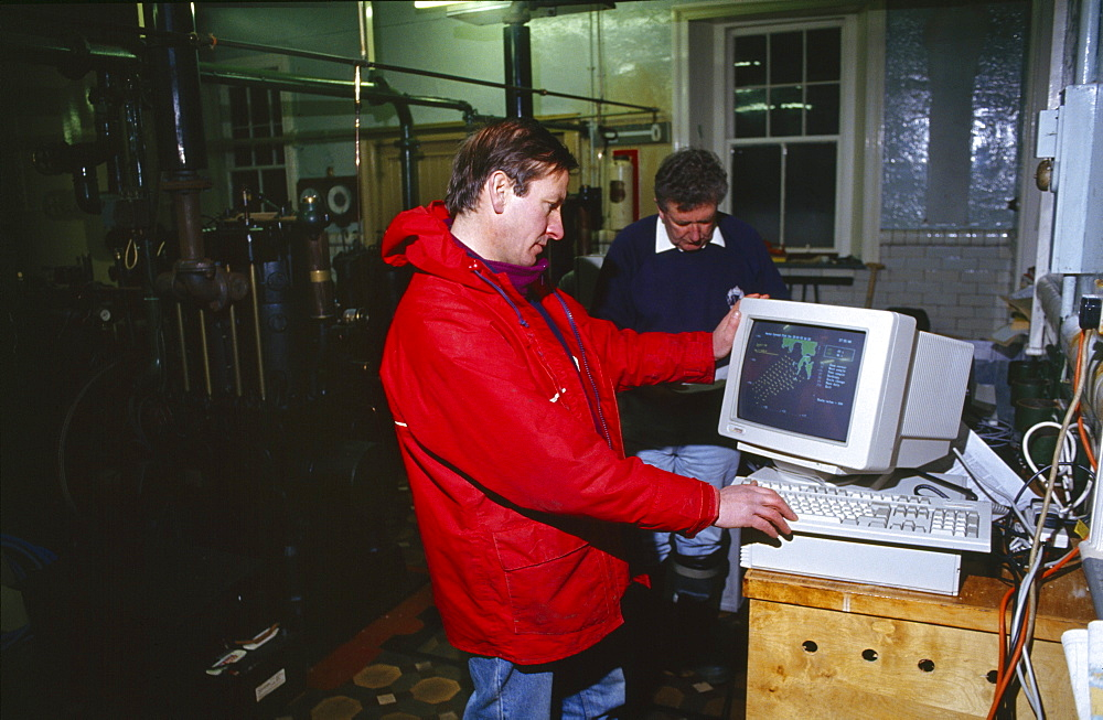 Shetland islands, oil disaster. Wimpey environmental scientists study real lime measuring of wind and tide induced surface currents around the braer using the o.s.c.r. radar system developed with marconi radar. The data can be used to monitor and predict the movement of an oil slick