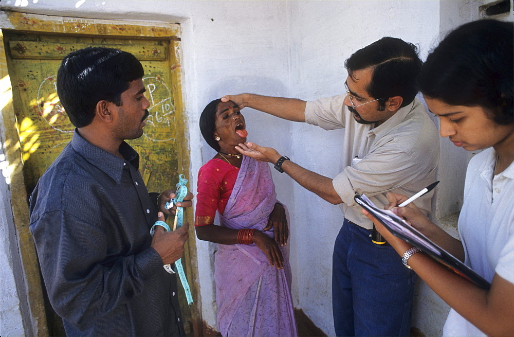 Health, india. Andhra pradesh, rishi valley. Centre for new education. Doctor examining a woman.