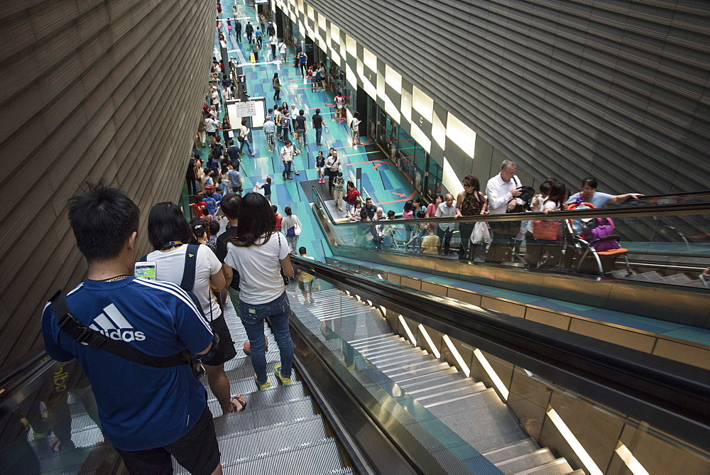 Passengers at MRT (Mass Rapid Transport) station in Singapore, Southeast Asia, Asia