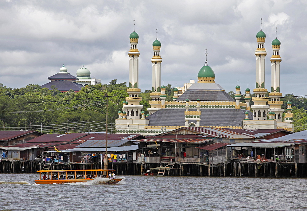 Tourist boat past the Jame' Asr Hassanil Bolkiah mosque in Bandar Seri Begawan, Brunei, Southeast Asia, Asia
