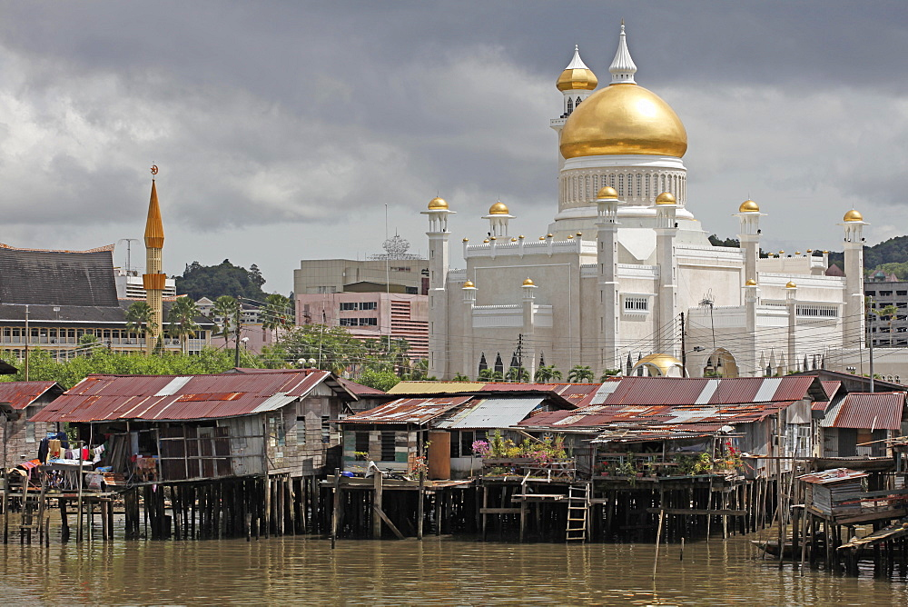 Boats and water village with Omar Ali Saifuddien mosque in Bandar Seri Begawan, Brunei, Southeast Asia, Asia