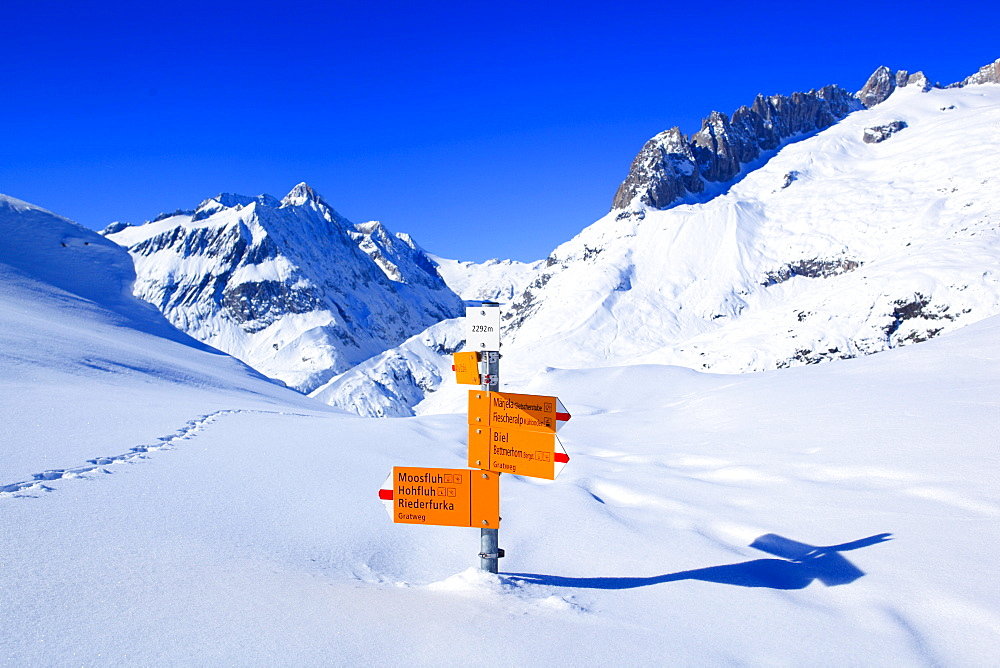 Wegweiser in den Schweizer Alpen, Nesthorn, Fusshoerner, Grosses Fusshorn, Aletschgebiet, Schweiz
