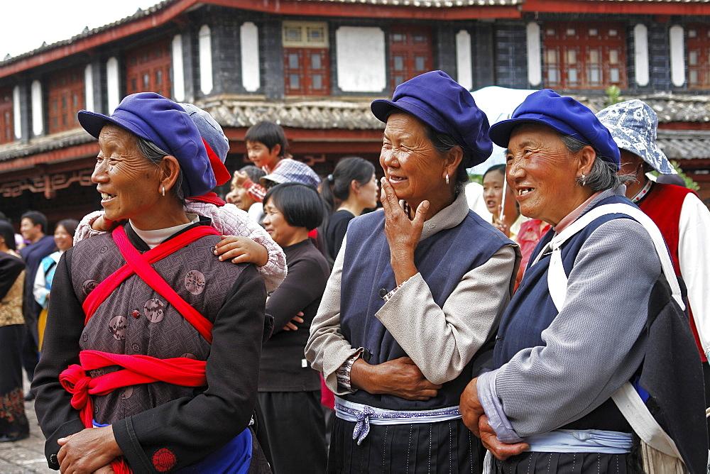 China naxi minority, enjoying a street performer, lijian, yunnan province.