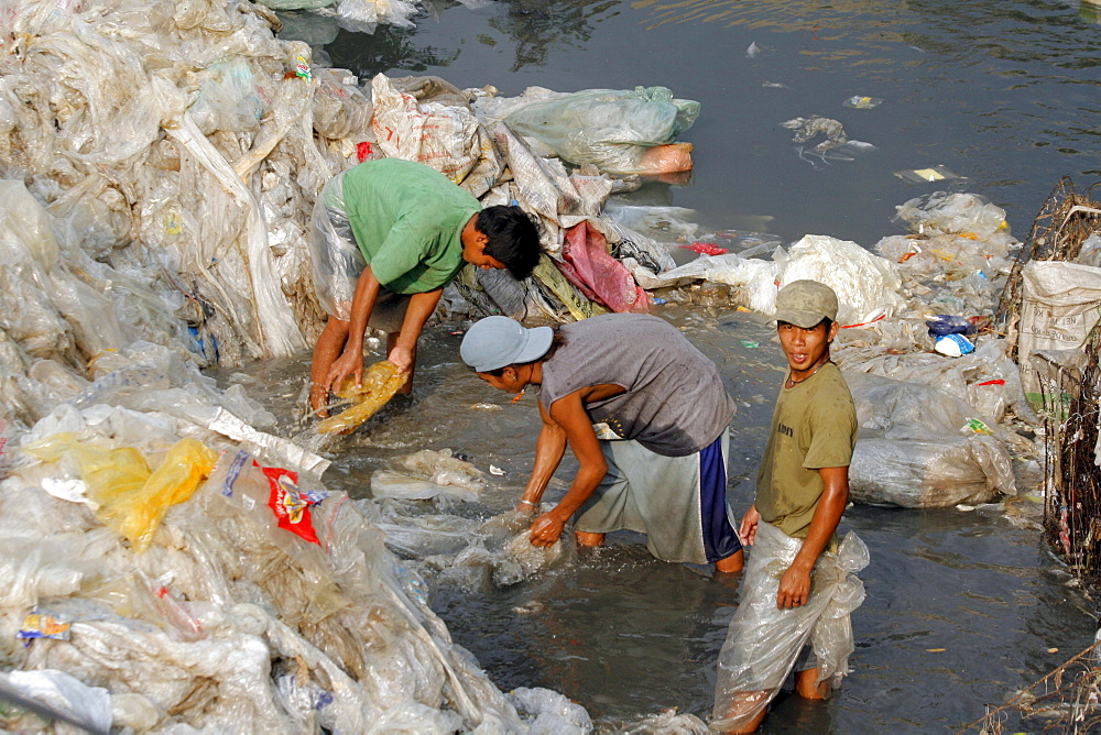 Philippines scavengers at work on garbage tip at bagong silangan, quezon city, manila