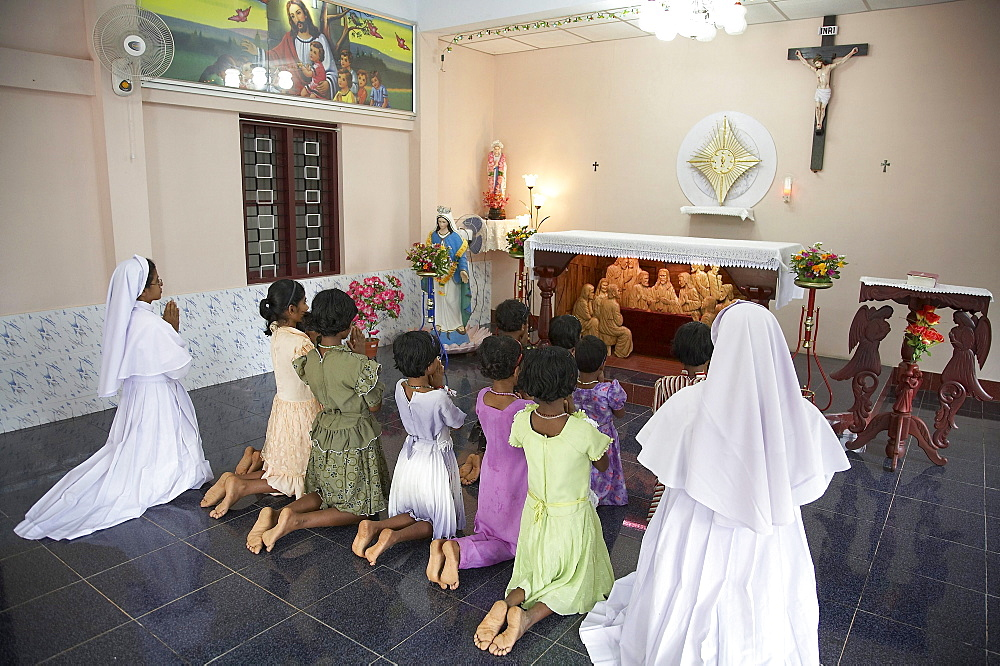 India. Nuns and girls at prayer. Mary matha bala bhavan, a girls orphanage run by syro-malabar catholic missionary sisters of mary immaculate (msmi), chamal village, thamarassery diocese, khozikode, kerala. 2007