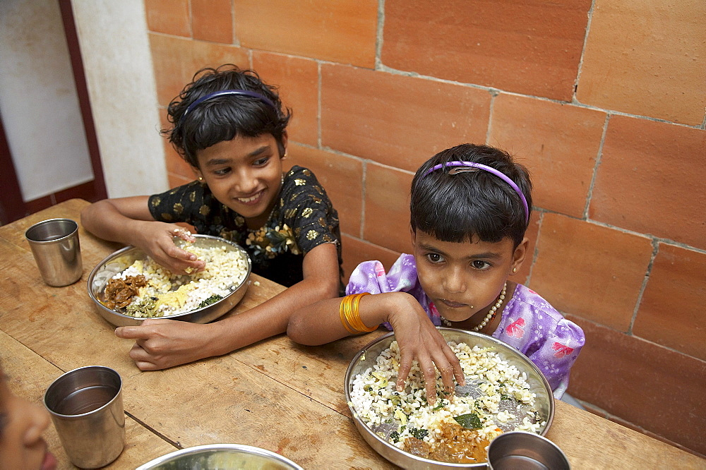 India. Mealtime at the mary matha bala bhavan, a girls orphanage run by syro-malabar catholic missionary sisters of mary immaculate (msmi), chamal village, thamarassery diocese, khozikode, kerala. 2007
