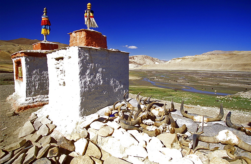 Khyunglung, tibet. Chortens mark entrance to khyunglung (garuda valley), capital of zhangzhung prior to seventh or eighth century b.c