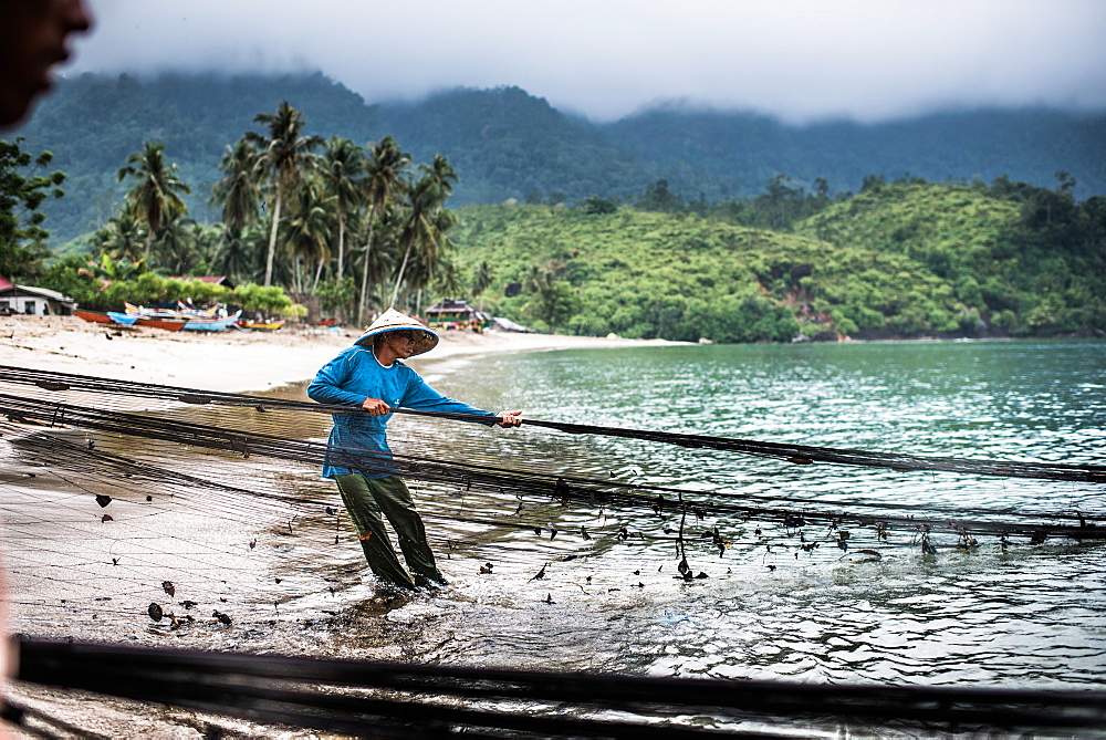 pulling in fishing nets, Sungai Pinang, Sumatra, Indonesia, Southeast Asia - 1199-419