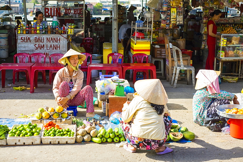 Vietnamese women buying and selling vegetables at An Binh market, Can Tho, Mekong Delta, Vietnam, Indochina, Southeast Asia, Asia
