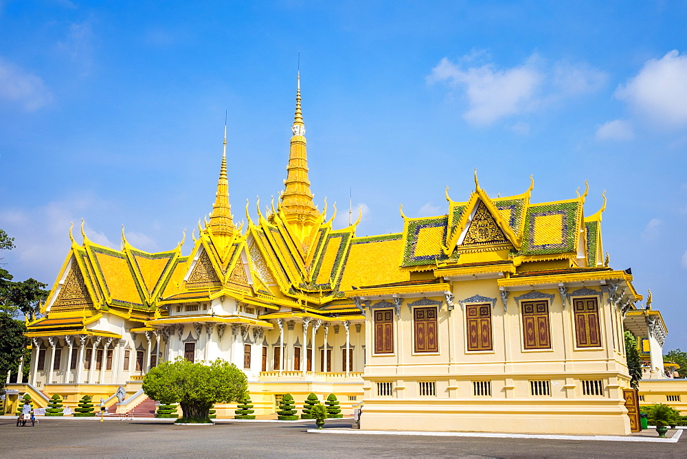Throne Hall (Preah Thineang Dheva Vinnichay) and Hor Samrith Phimean of the Royal Palace, Phnom Penh, Cambodia, Indochina, Southeast Asia, Asia