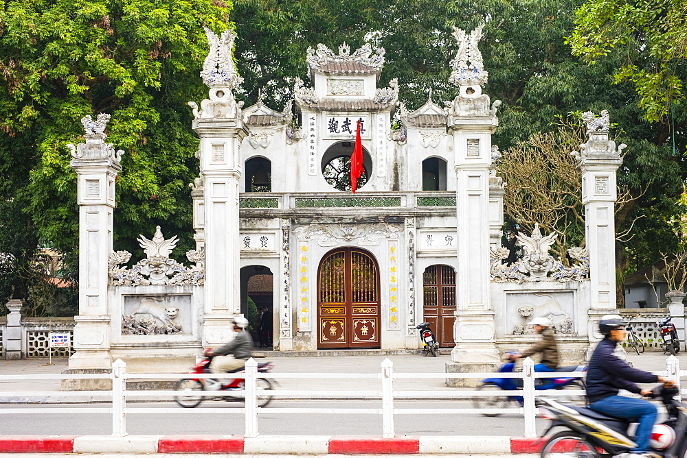 Motorbikes pass in front of Quan Thanh Temple (Den Quan Thanh) gate, Ba Dinh District, Hanoi, Vietnam, Indochina, Southeast Asia, Asia