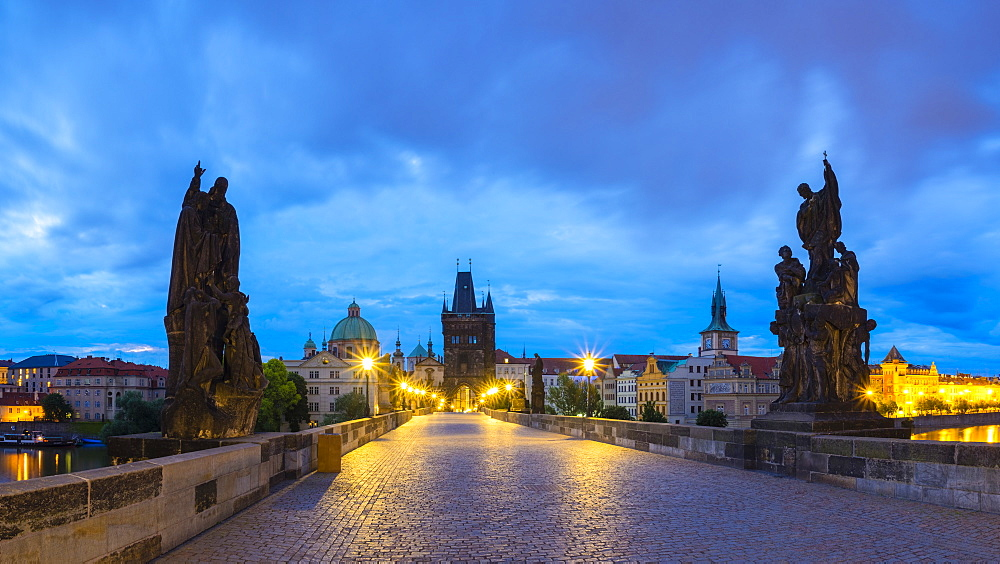 Charles Bridge at dawn, UNESCO World Heritage Site, Stare Mesto (Old Town), Prague, Czech Republic, Europe