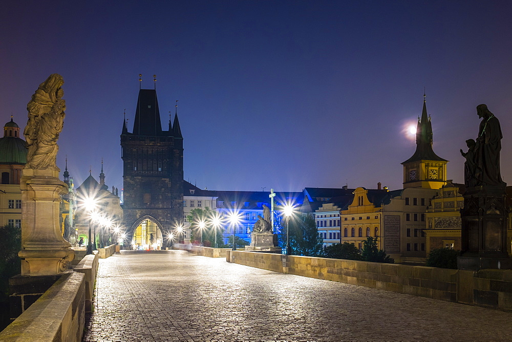 Charles Bridge at dawn, Stare Mesto (Old Town), UNESCO World Heritage Site, Prague, Czech Republic, Europe