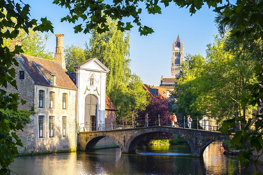 Wijngaard Bridge and the main entrance gate of the Begijnhof (Beguinage) of Bruges, UNESCO World Heritage Site, Bruges (Brugge), West Flanders (Vlaanderen), Belgium, Europe